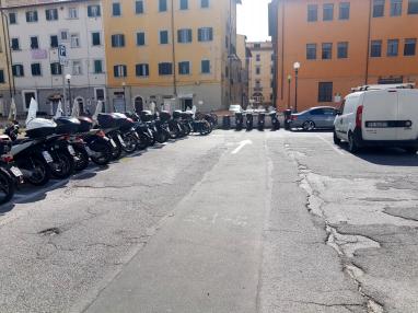 Come si presenta il parcheggio in piazza del Luogo Pio