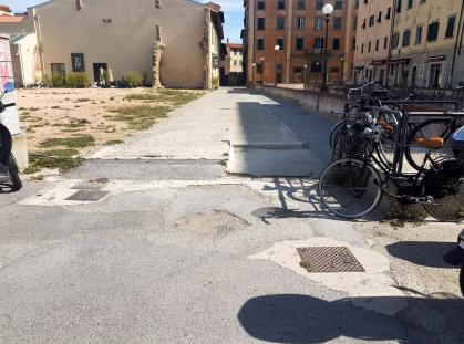 Come si presentano i marciapiedi in piazza del Luogo Pio-2