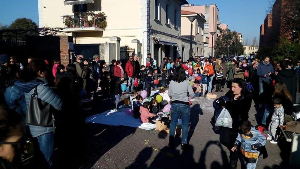 La protesta davanti la scuola Menotti