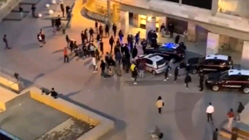 Delirio a Livorno, Carabinieri e Polizia Locale aggrediti da una cinquantina di ragazzini con calci, bastoni e pietre