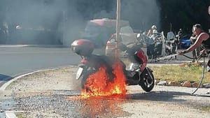 motorino a fuoco alla rotonda (3)-2