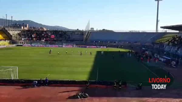 """Livorno-Cosenza, i tifosi contestano gli amaranto: """"Vergognatevi"""""""