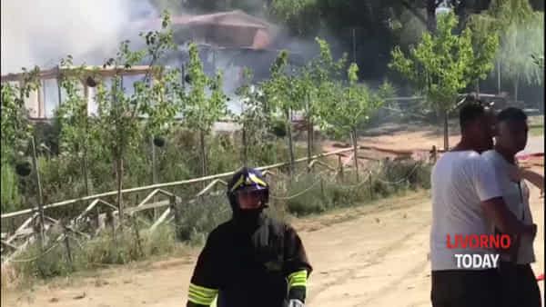 Limoncino, incendio in un casolare: i vigili del fuoco al lavoro per spegnere le fiamme