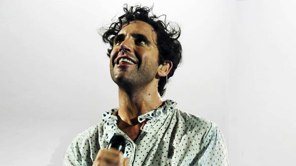 "Mika, lo spogliarello al Modigliani Forum sulle note di ""We are golden"" fa impazzire i fan. Video"