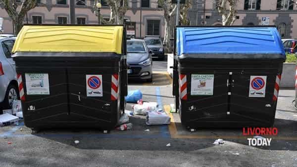 rifiuti cassonetti piazza Mazzini (3)-2