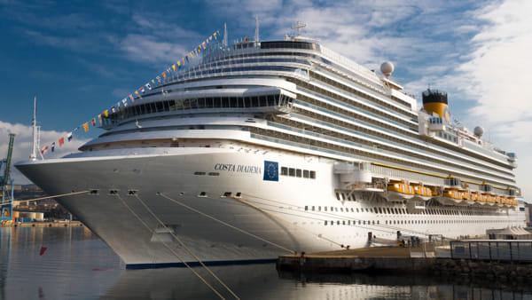 Coronavirus, la Costa Diadema nel porto di Piombino: applausi dell'equipaggio. Video