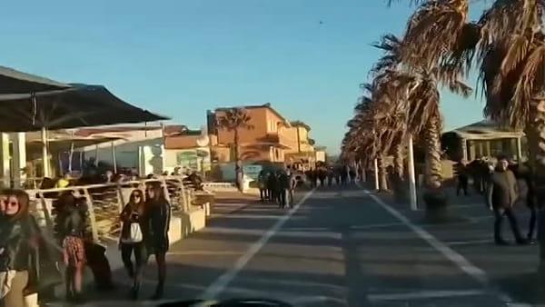 Coronavirus, folla sul lungomare di Cecina: il sindaco ordina la chiusura serale dei locali. Video
