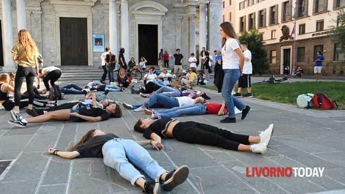 Flash mob in piazza Grande in difesa dell'ambiente